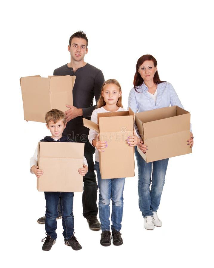Caixas carreg da família nova feliz imagens de stock