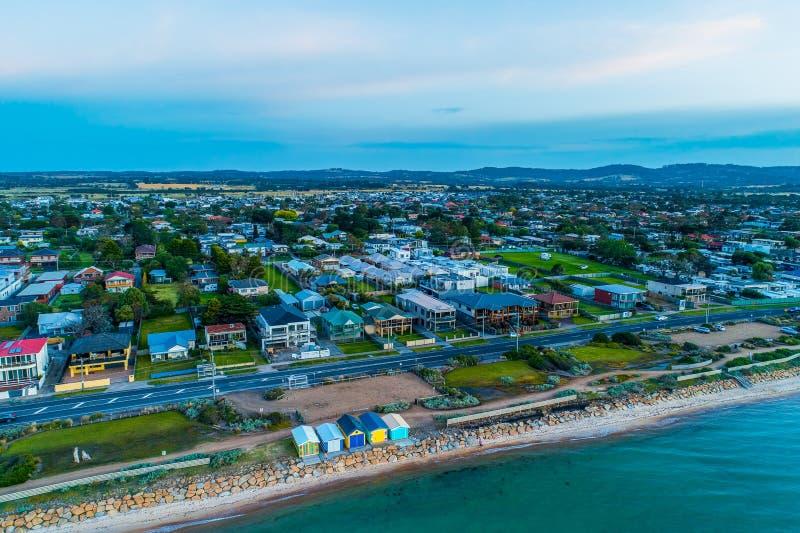 Caixas coloridas da praia e casas luxuosas na península de Mornington fotos de stock royalty free