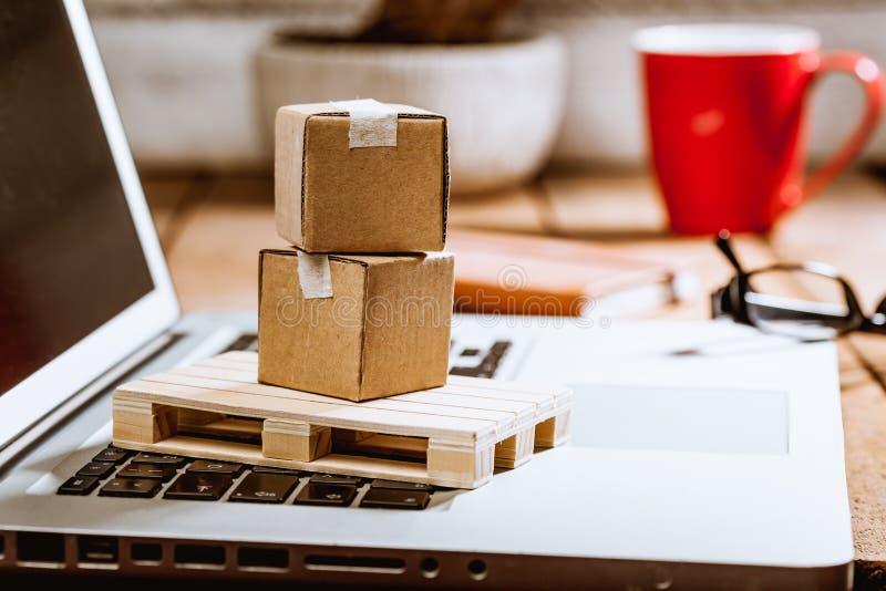 Caixas da caixa no computador como o conceito em linha da logística da compra imagem de stock