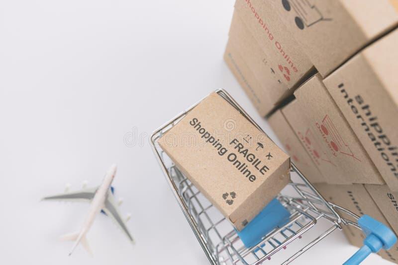 Caixas da logística que empacotam e trole do saco de compras fotos de stock royalty free