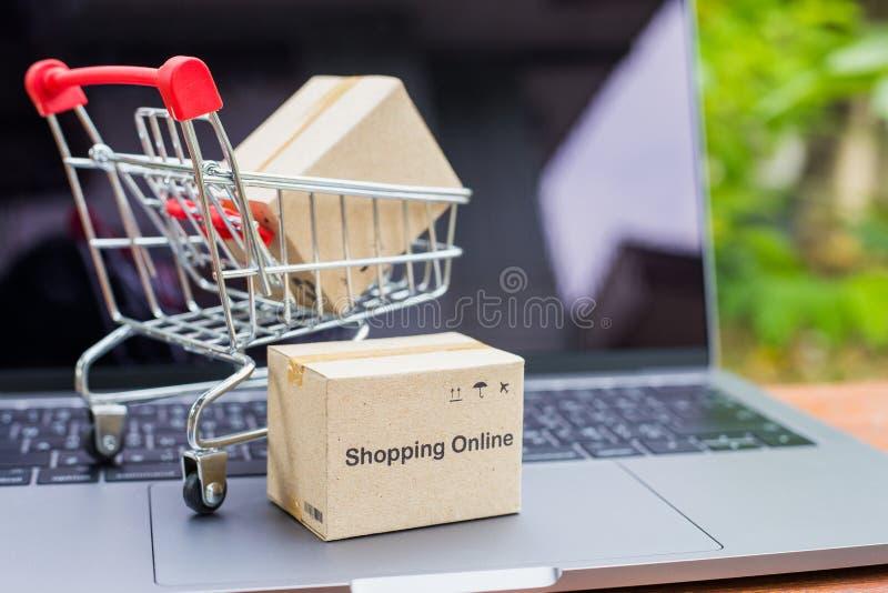 Caixas da logística que empacotam e trole do saco de compras imagens de stock royalty free