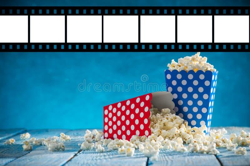 Caixas da pipoca no fundo azul fotografia de stock