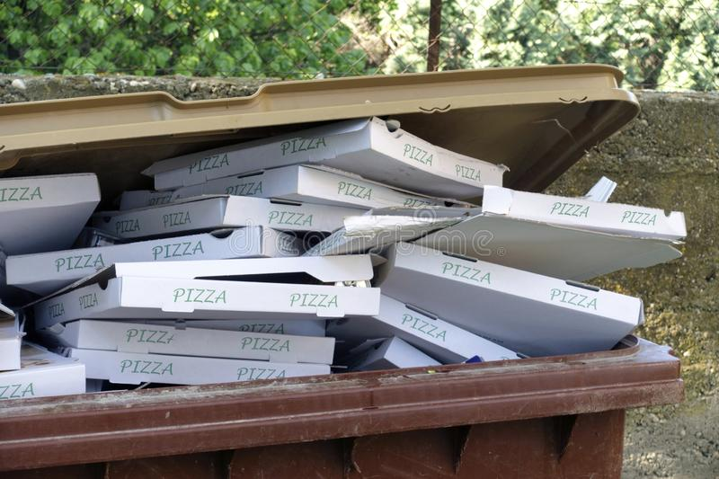 Caixas da pizza no escaninho dos desperd?cios fotos de stock royalty free