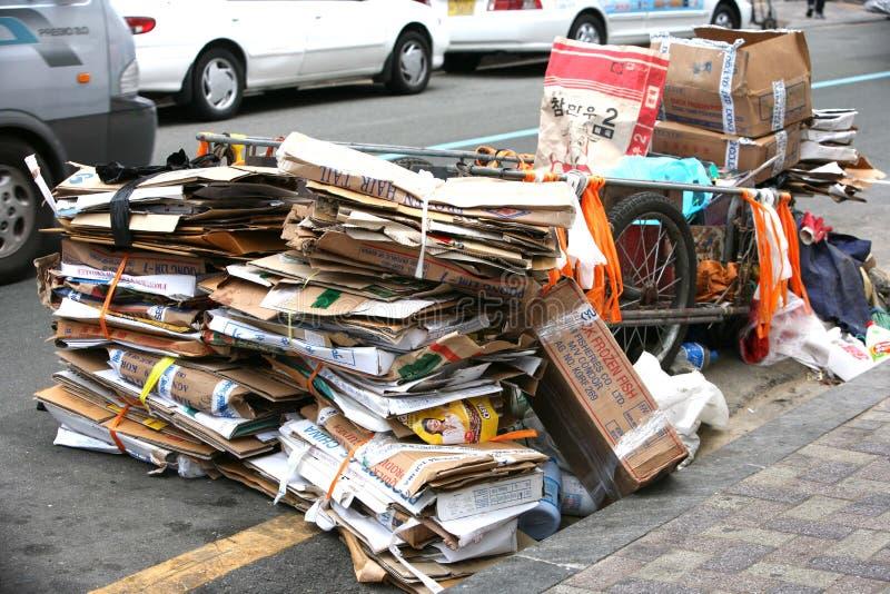 Caixas de cartão da descarga na rua Busan de Jagalchi fotografia de stock royalty free