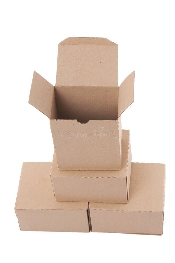 Caixas de cartão de Brown arranjadas na pilha fotografia de stock