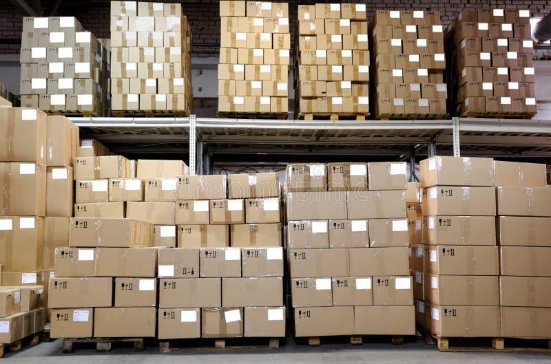Caixas de Catron no armazém imagens de stock