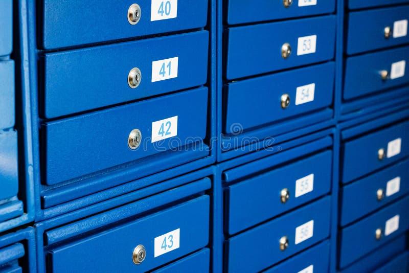 Caixas de correio azuis com números fechados, fundo foto de stock royalty free