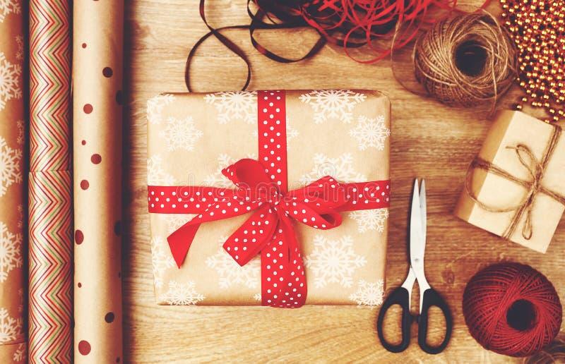 Caixas de empacotamento com presentes do Natal imagem de stock