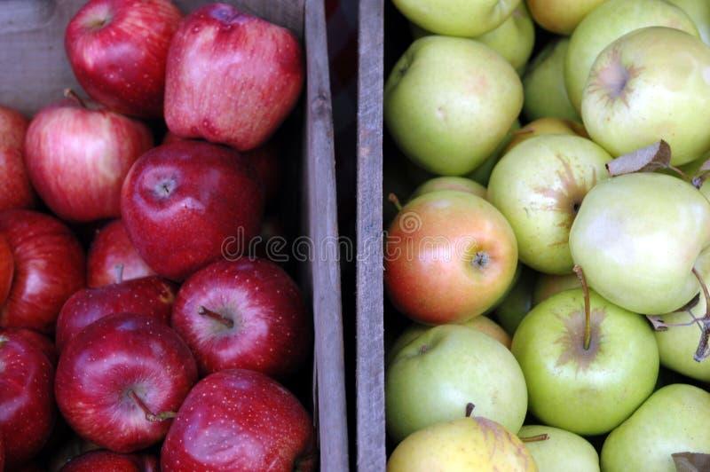 Caixas de maçãs vermelhas e verdes fotografia de stock royalty free