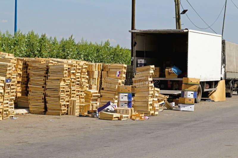 Caixas do transporte dos frutos imagem de stock