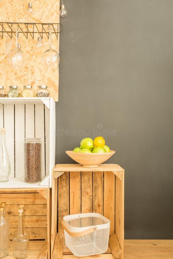 Caixas de madeira usadas como a mobília de DIY imagens de stock