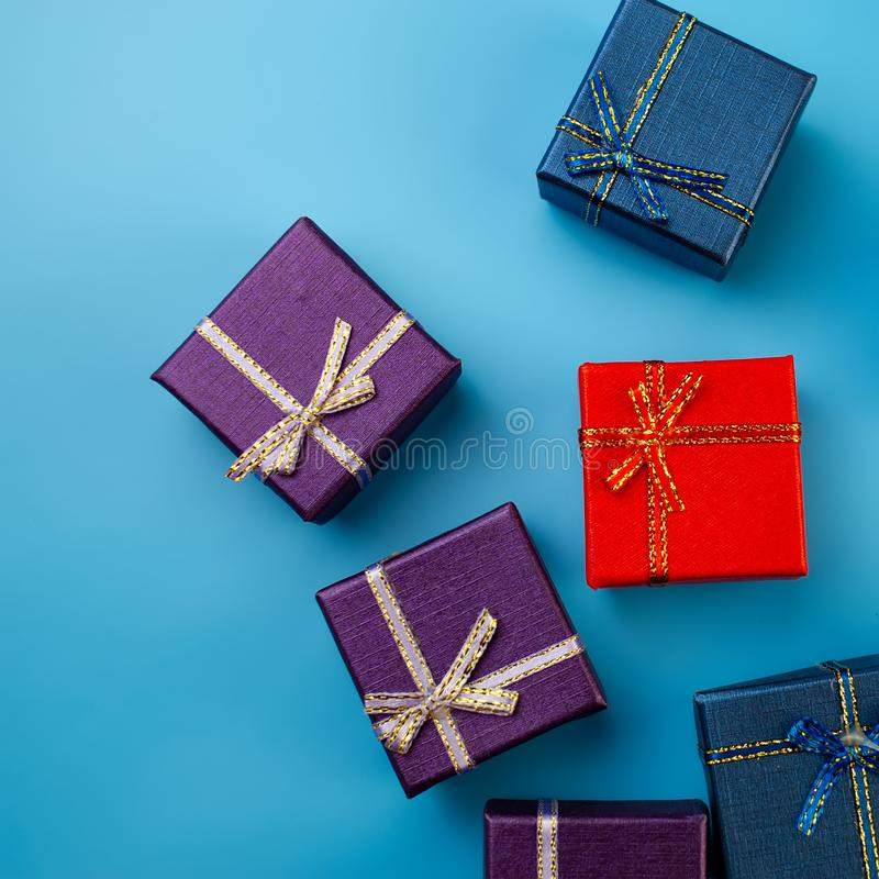 Caixas de Natal coloridos no fundo azul imagens de stock