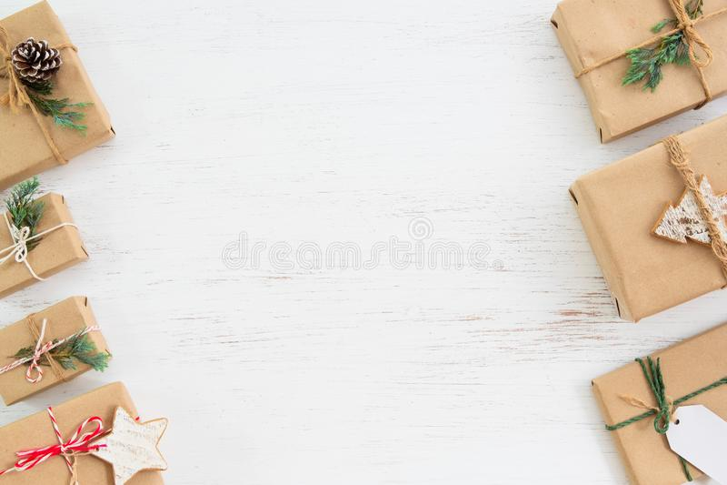 Caixas de presente atuais feitos a mão com a etiqueta para o Feliz Natal e o feriado do ano novo imagem de stock royalty free