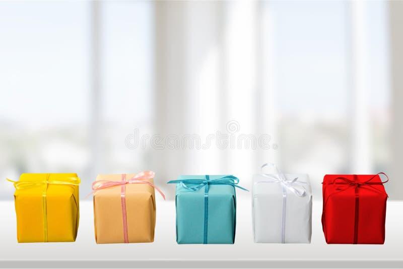 Caixas de presente bonitos no fim da fileira acima fotos de stock royalty free