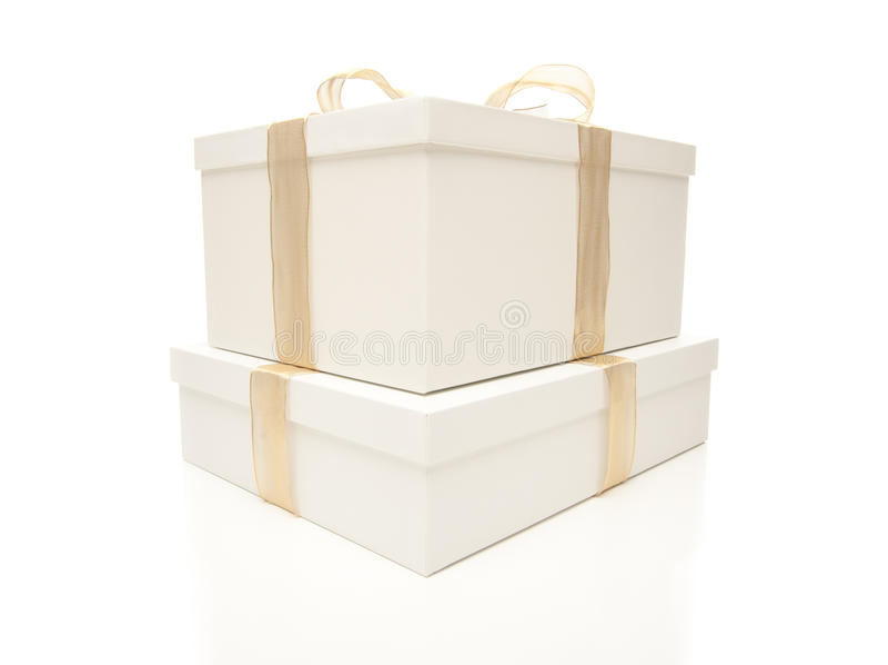 Caixas de presente brancas empilhadas com a fita do ouro isolada fotografia de stock royalty free