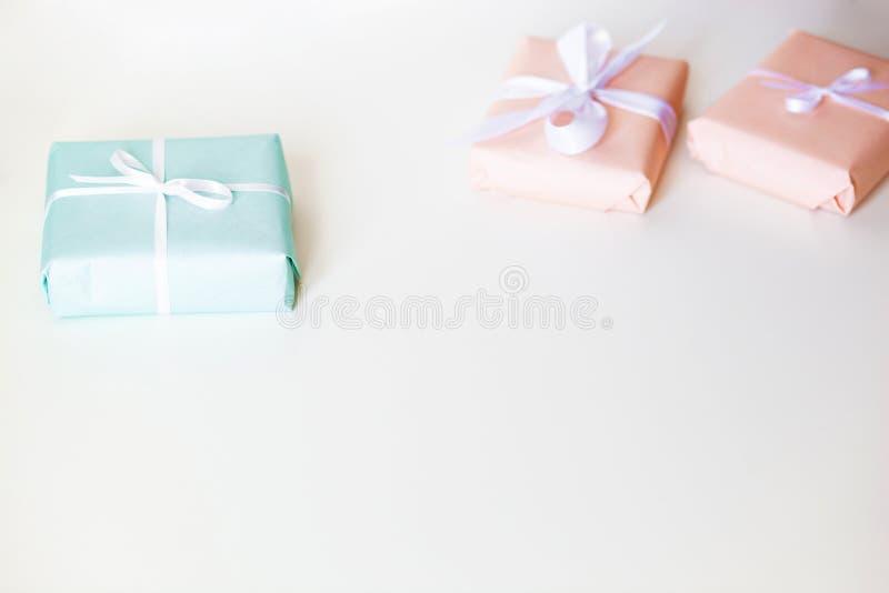 Caixas de presente coloridos na mesa branca Espa?o livre para seu texto Vista superior imagens de stock royalty free