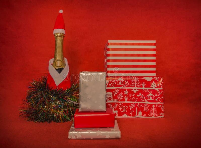 caixas de presente com bootle do champanhe fotografia de stock royalty free