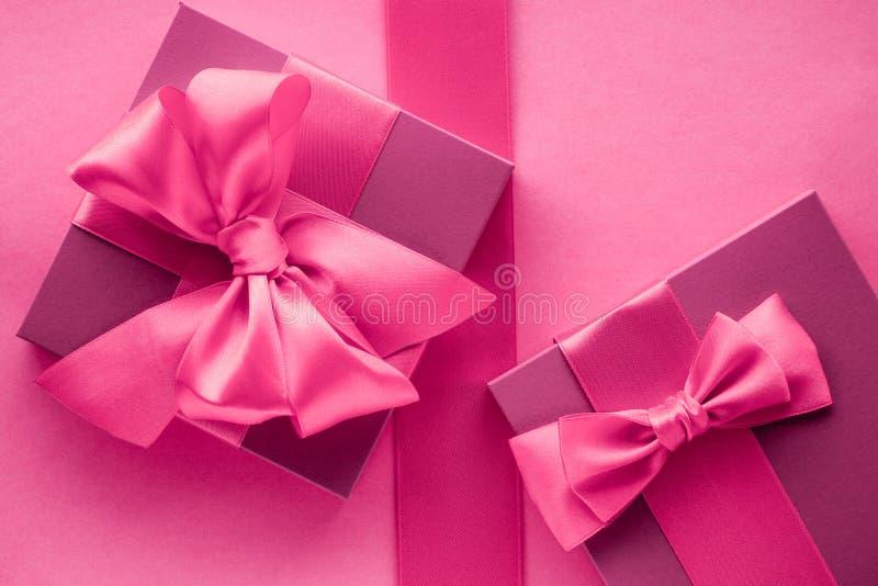 Caixas de presente cor-de-rosa, fundo flatlay do estilo feminino fotografia de stock royalty free