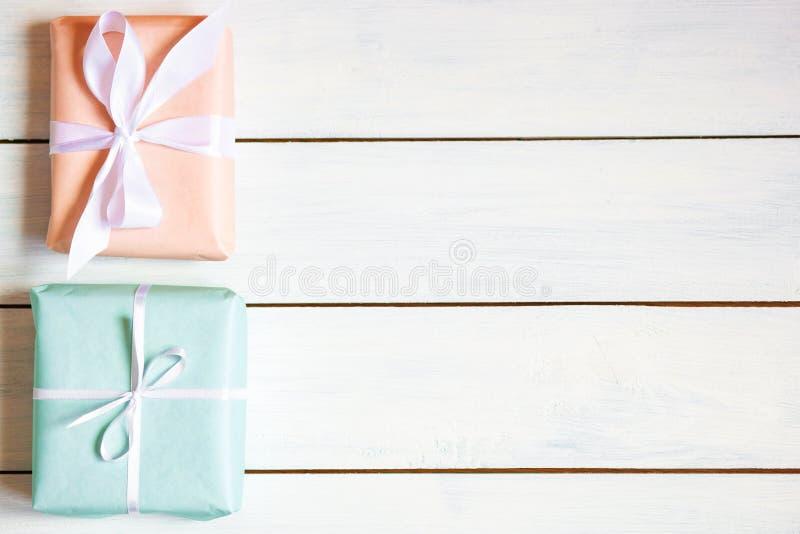 Caixas de presente das cores do pêssego e da hortelã no fundo de madeira branco Luz natural Lugar livre para sua configuração lis imagem de stock