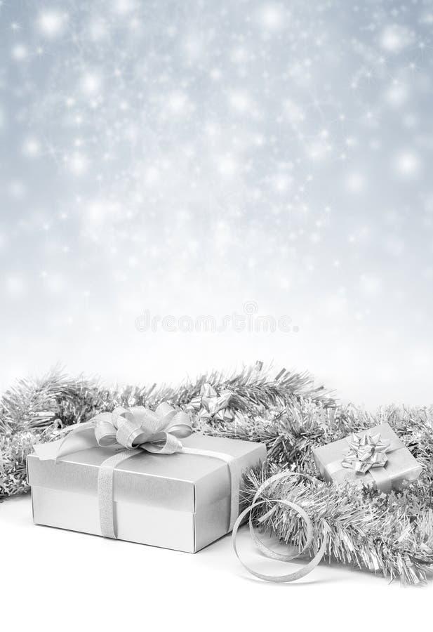 Caixas de presente de prata da celebração no fundo da neve da faísca imagens de stock