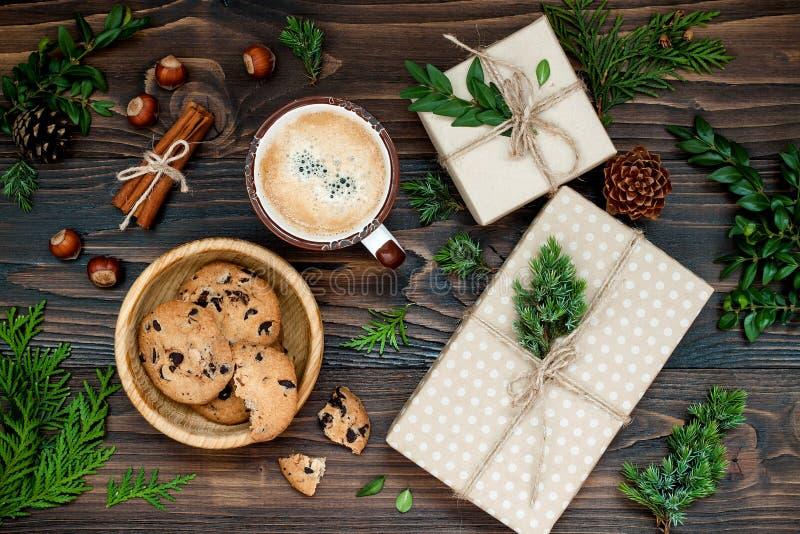 Caixas de presente decoradas, presentes na tabela de madeira rústica Café da manhã ideal aéreo, configuração lisa da manhã de Nat fotos de stock