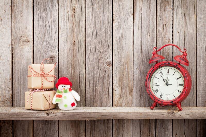 Caixas de presente, despertador e boneco de neve do Natal imagens de stock