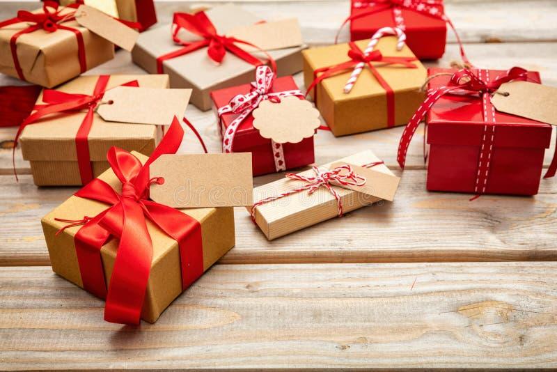 Caixas de presente do Natal com as etiquetas vazias no fundo de madeira, espaço da cópia imagens de stock