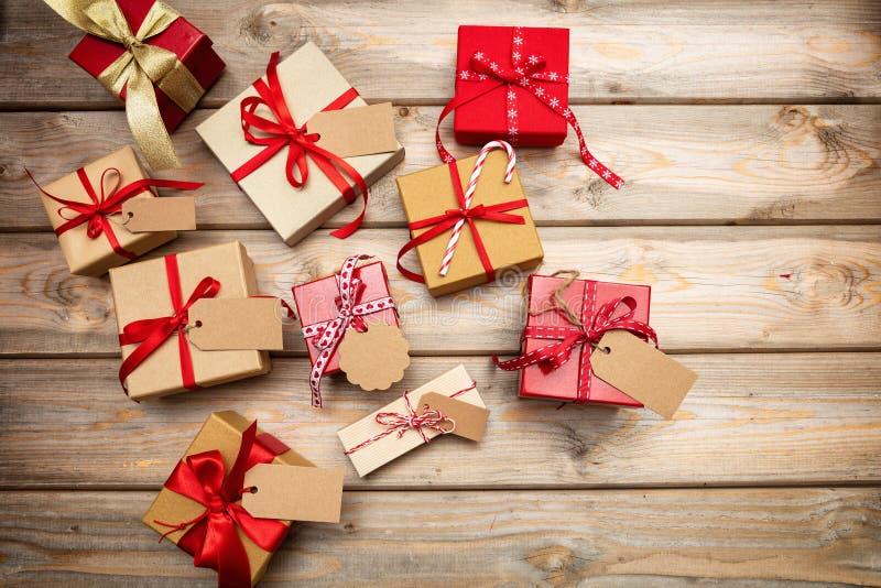 Caixas de presente do Natal com as etiquetas vazias no fundo de madeira, espaço da cópia, vista superior foto de stock