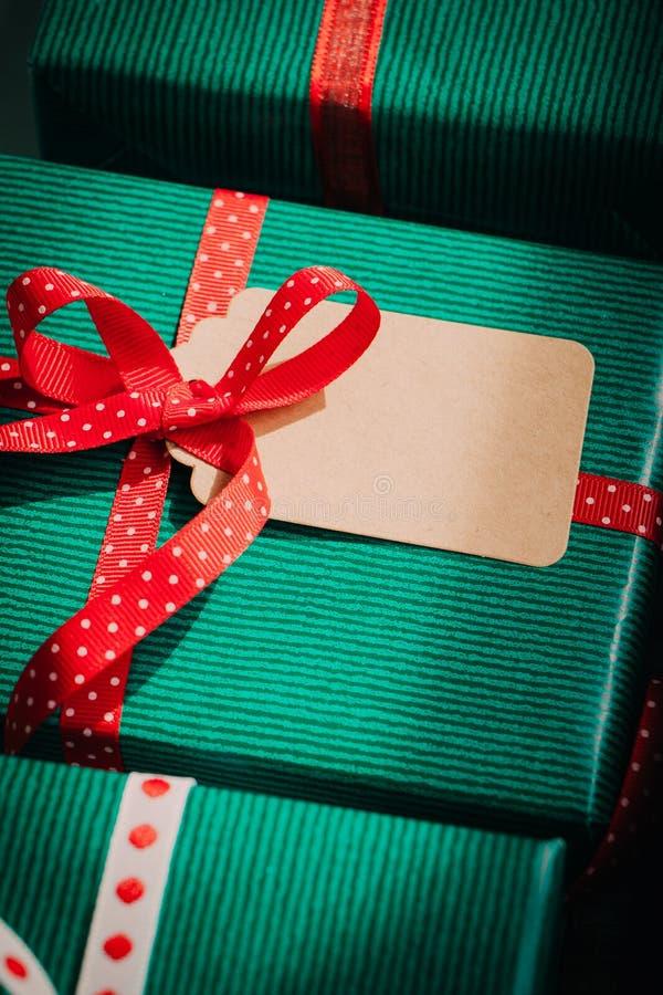 Caixas de presente do Natal com etiqueta vazia imagens de stock royalty free