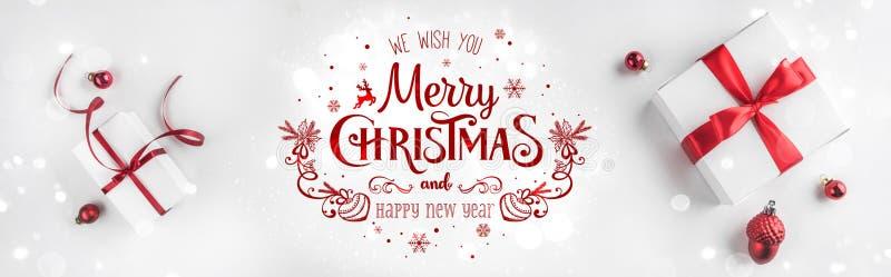 Caixas de presente do Natal com fita e a decoração vermelhas no fundo branco Tema do Xmas e do ano novo feliz, neve foto de stock royalty free