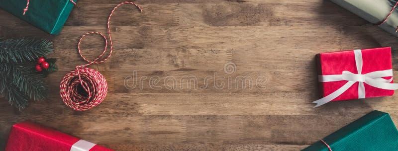 Caixas de presente do Natal em uma tabela de madeira, fundo do projeto da beira da bandeira imagem de stock