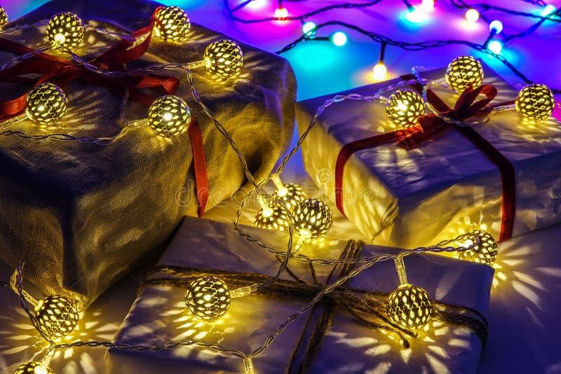 Caixas de presente do Natal no fundo azul fotos de stock royalty free