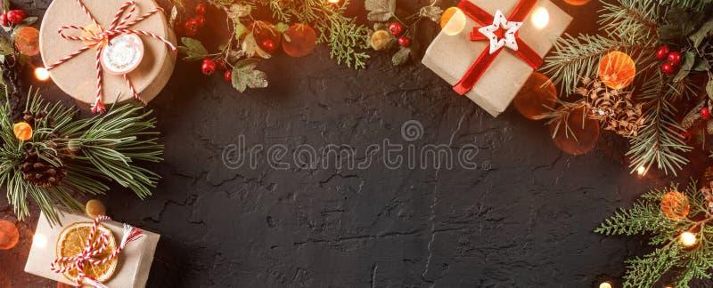 Caixas de presente do Natal no fundo do feriado com ramos do abeto, cones do pinho Tema do Xmas e do ano novo feliz, bokeh, brilh fotos de stock royalty free