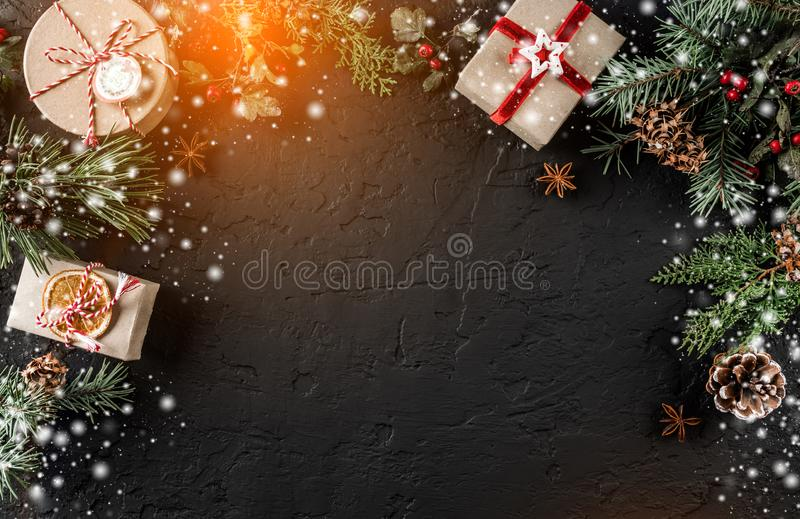 Caixas de presente do Natal no fundo do feriado com ramos do abeto, cones do pinho Tema do Xmas e do ano novo feliz, bokeh, brilh foto de stock royalty free