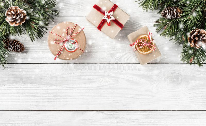 Caixas de presente do Natal no fundo de madeira branco com ramos do abeto, cones do pinho imagens de stock