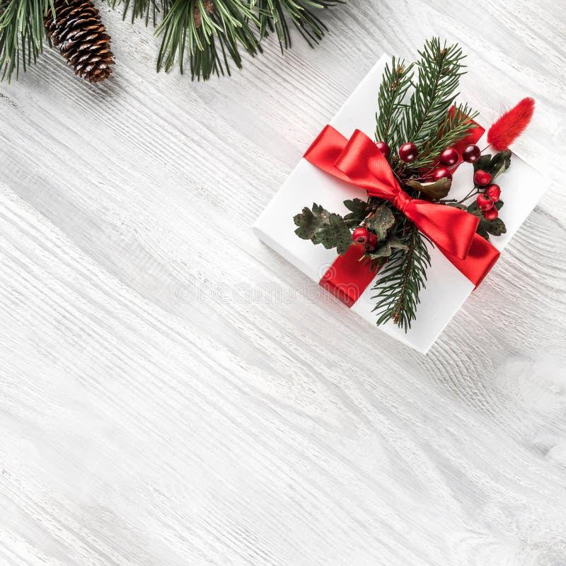 Caixas de presente do Natal no fundo de madeira branco com ramos do abeto, cones do pinho Tema do Xmas e do ano novo feliz foto de stock royalty free