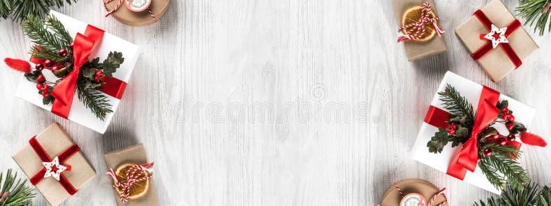 Caixas de presente do Natal no fundo de madeira branco com ramos do abeto, cones do pinho Tema do Xmas e do ano novo feliz foto de stock
