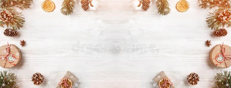 Caixas de presente do Natal no fundo de madeira branco com ramos do abeto, cones do pinho Tema do Xmas e do ano novo feliz fotos de stock