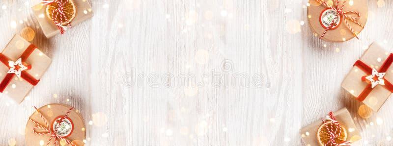 Caixas de presente do Natal no fundo de madeira branco Tema do Xmas e do ano novo feliz, bokeh, brilho, incandescendo imagens de stock