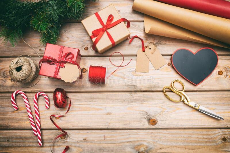Caixas de presente do Natal que envolvem no fundo de madeira, espaço da cópia, vista superior fotografia de stock