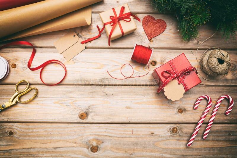 Caixas de presente do Natal que envolvem no fundo de madeira, espaço da cópia, vista superior foto de stock royalty free