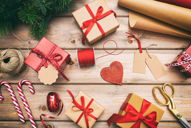 Caixas de presente do Natal que envolvem no fundo de madeira, vista superior foto de stock