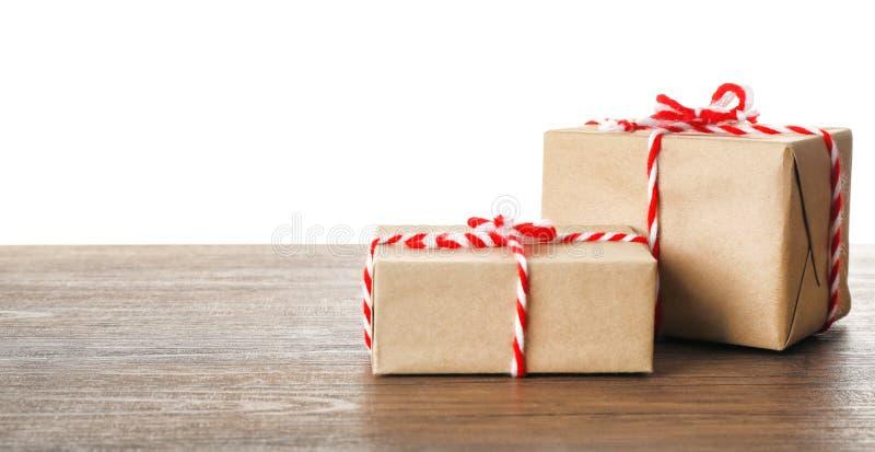 Caixas de presente do pacote no fundo do branco da tabela imagens de stock royalty free