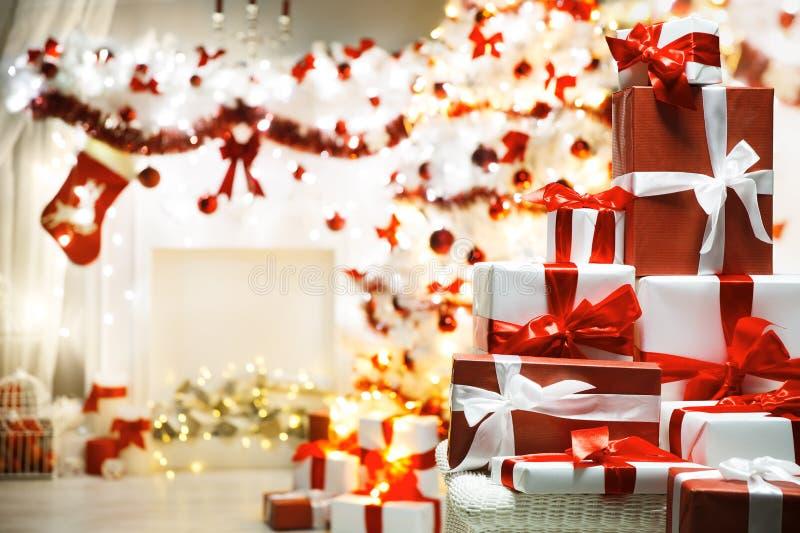 Caixas de presente do presente de Natal, árvore Defocused do Xmas, sala home imagens de stock royalty free