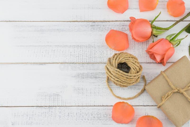Caixas de presente e corda de Brown com rosas alaranjadas imagem de stock royalty free