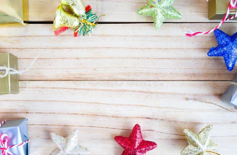 Caixas de presente e estrelas do wiith do sino na placa de madeira fotos de stock royalty free