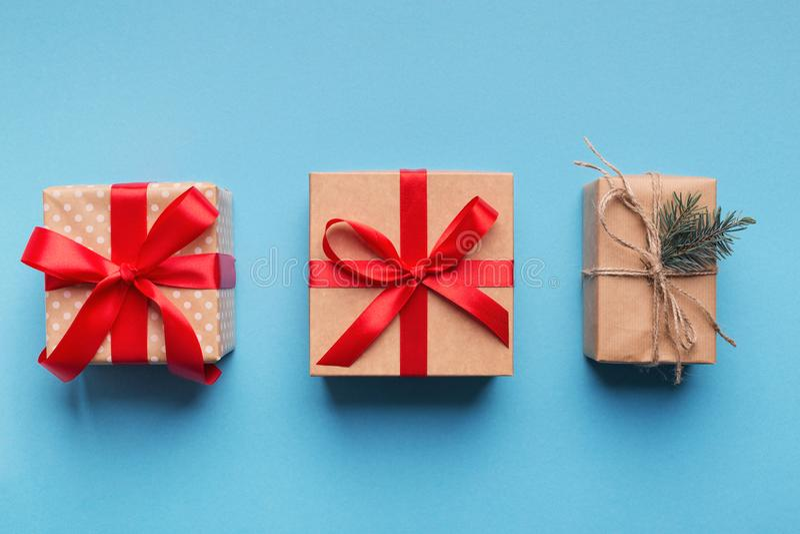 Caixas de presente envolvidas no papel reciclado marrom imagem de stock royalty free