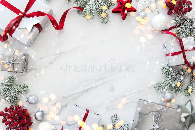 Caixas de presente feitos a mão do Natal na opinião superior do fundo de mármore branco Cartão do Feliz Natal, quadro Tema do fer fotografia de stock