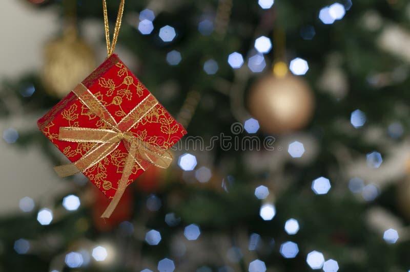 Caixas de presente na árvore de Natal com o espaço para escrever a mensagem fotografia de stock royalty free