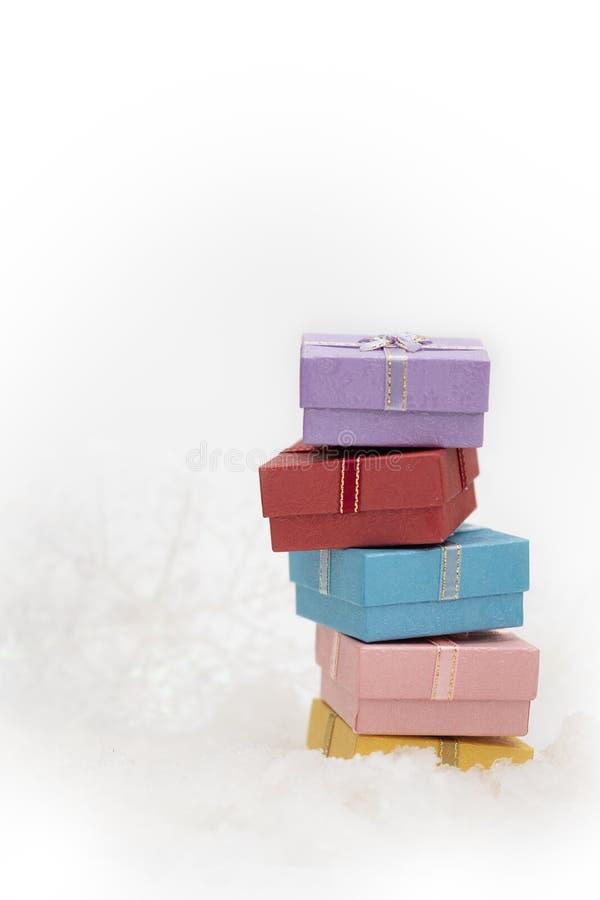Caixas de presente na pele branca com espaço da cópia para o cumprimento da estação fotografia de stock